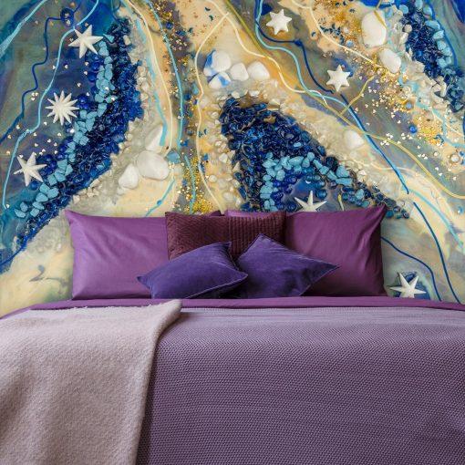 malowana ściana w sypialni dekorowana fototapetą niebiesko bezowa