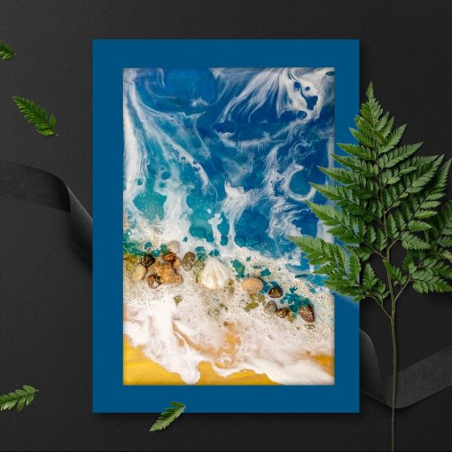 Plakat z motywem morza i muszelek na brzegu